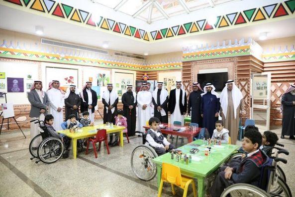 أعضاء المجلس البلدي بأمانة عسير يزورون الأطفال المعوقين ويلتحقون بالعضوية ويجربون الكرسي