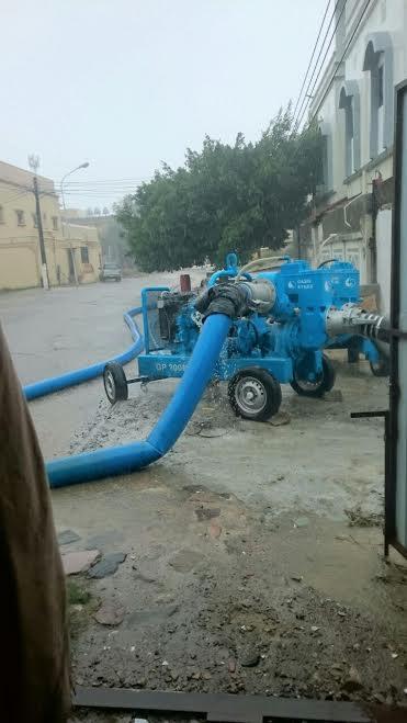 أمانة عسير  تستنفر معداتها وتواصل أعمال نزح المياه  الآليات والمعدات تمنع تجمعات المياه