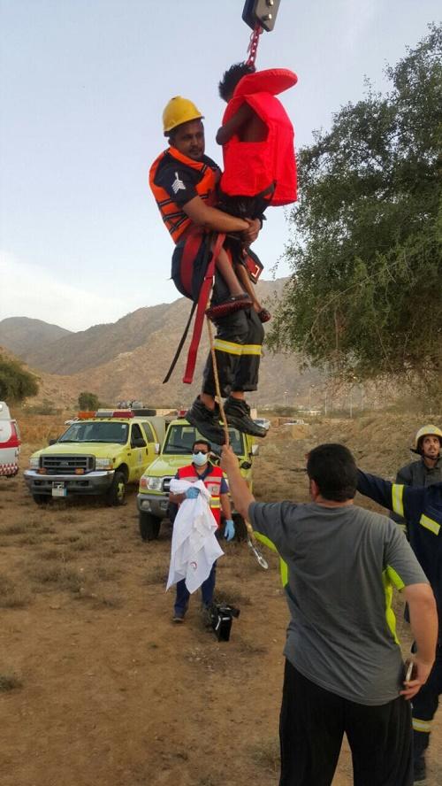 مدني #بارق ينقذ طفل علق داخل بئر زراعية