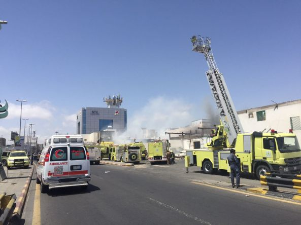 مدني #خميس_مشيط يخمد حريق اندلع في أحد المحلات التجارية