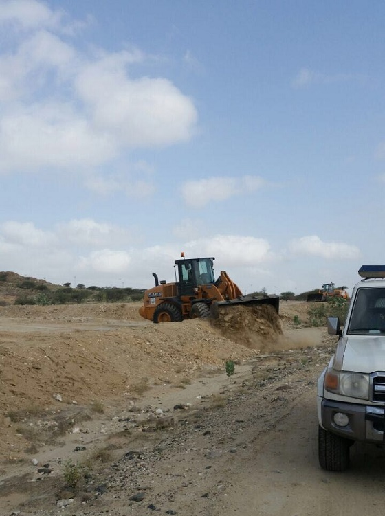 بلدية بارق بالتعاون مع لجنة التعديات تزيل الإحداثات من الأراضي الحكومية شرقي الجامعة