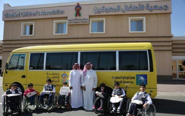 مركز جمعية الأطفال المعوقين بعسير يتسلم  حافلة نقل حديثة من أرامكو