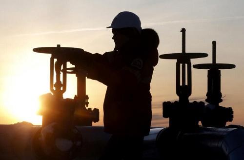 النفط يرتفع بفعل توقعات تمديد اتفاق خفض إنتاج أوبك