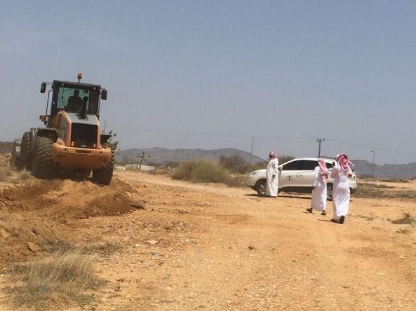 بلدية بارق و لجنة التعديات تقوم بإزالة الإحداثات بعمساء ثلوث المنظر