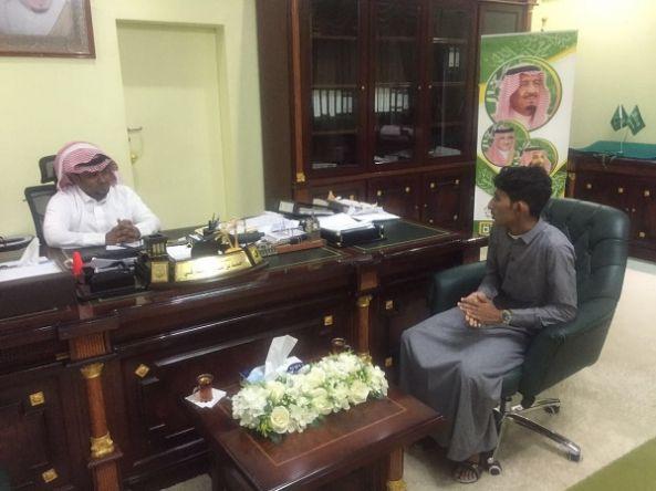 رئيس بلدية بارق يستقبل الشاب علي البارقي لبحث طرق الأستفادة من موهبته