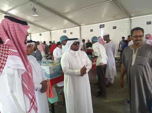 رئيس بلدية بارق و أعضاء المجلس البلدي يقفون على الخيمة الرمضانية للتسوق