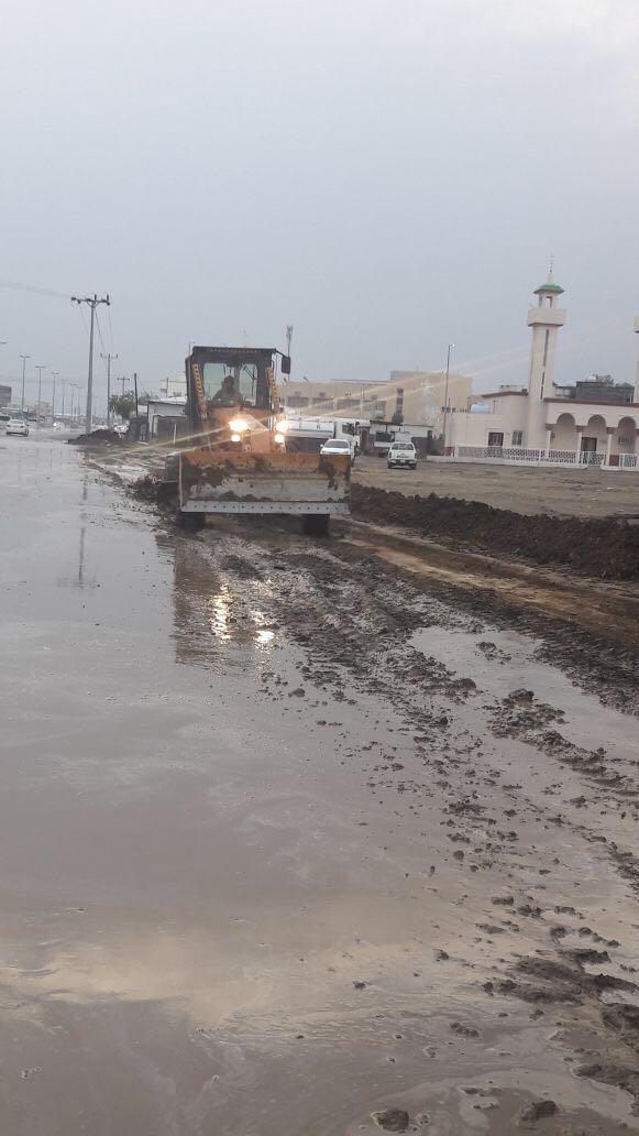بلدية بارق تنزح تجمعات مياة الأمطار و تفتح الطرق المغلقة
