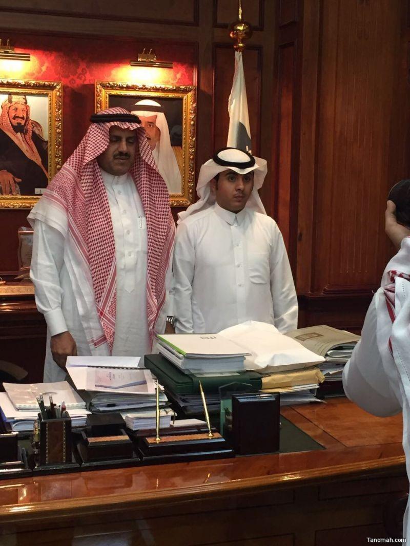 مدير جامعة الملك خالد يكرم الشاب محمد بن رافع الشهري