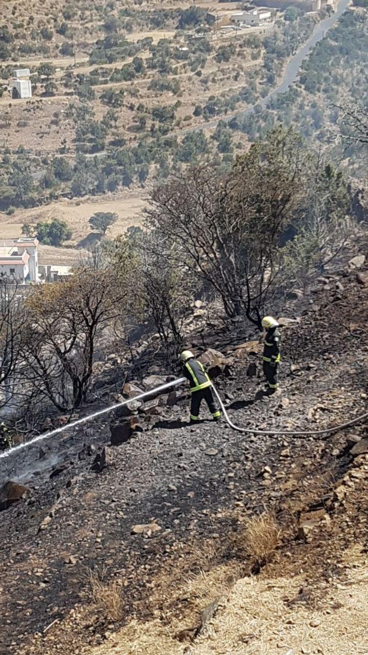 فرق الدفاع المدني تحتوي حريق شعف ال ويمن بـ #أبها