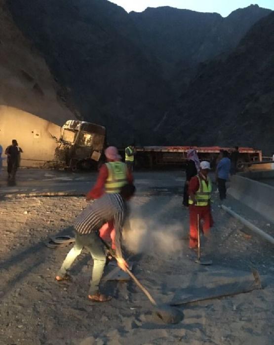 مدني عسير يخمد حريق شب في شاحنة