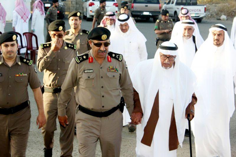 بالصور: مدير #شرطة_عسير يقدم واجب العزاء لأسرة آل عائض