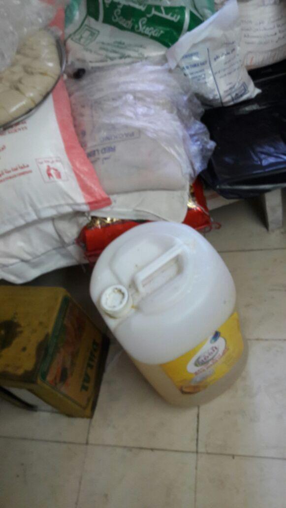 بالصور: #بلدية_تنومة تصادر مواد غذائية منتهية الصلاحية