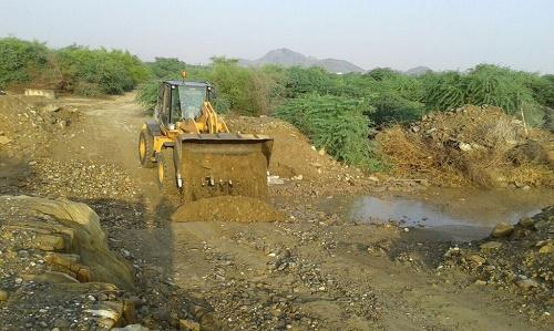 بالصور: طوارئ بلدية #بارق تعيد فتح الطرق في جمعة ربيعة بعد الأمطار