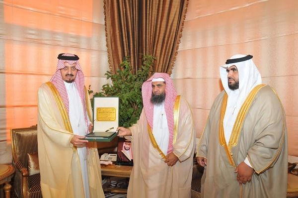 أمير عسير يتسلم التقرير السنوي للشؤون الإسلامية بالمنطقة