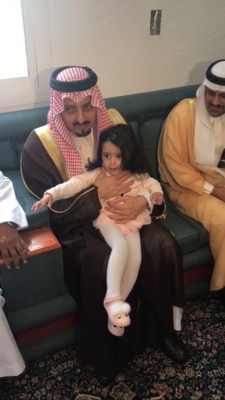 بالصور: أمير عسير يقدم واجب العزاء لأسرة النقيب الشهري