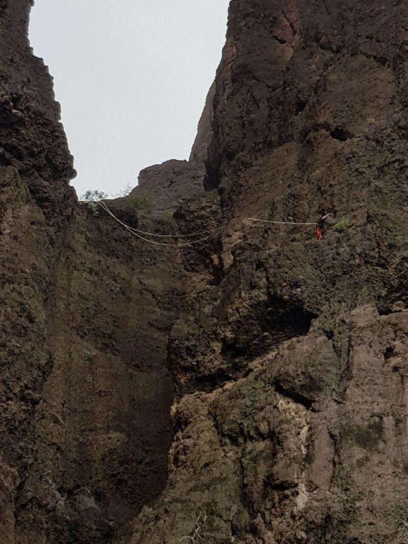 انقاذ شاب احتجز في موقع صخري في #محايل #عسير