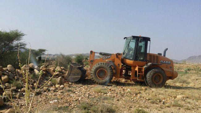 بلدية بارق تزيل الإحداثات من أرض المخطط الصناعي بجبال