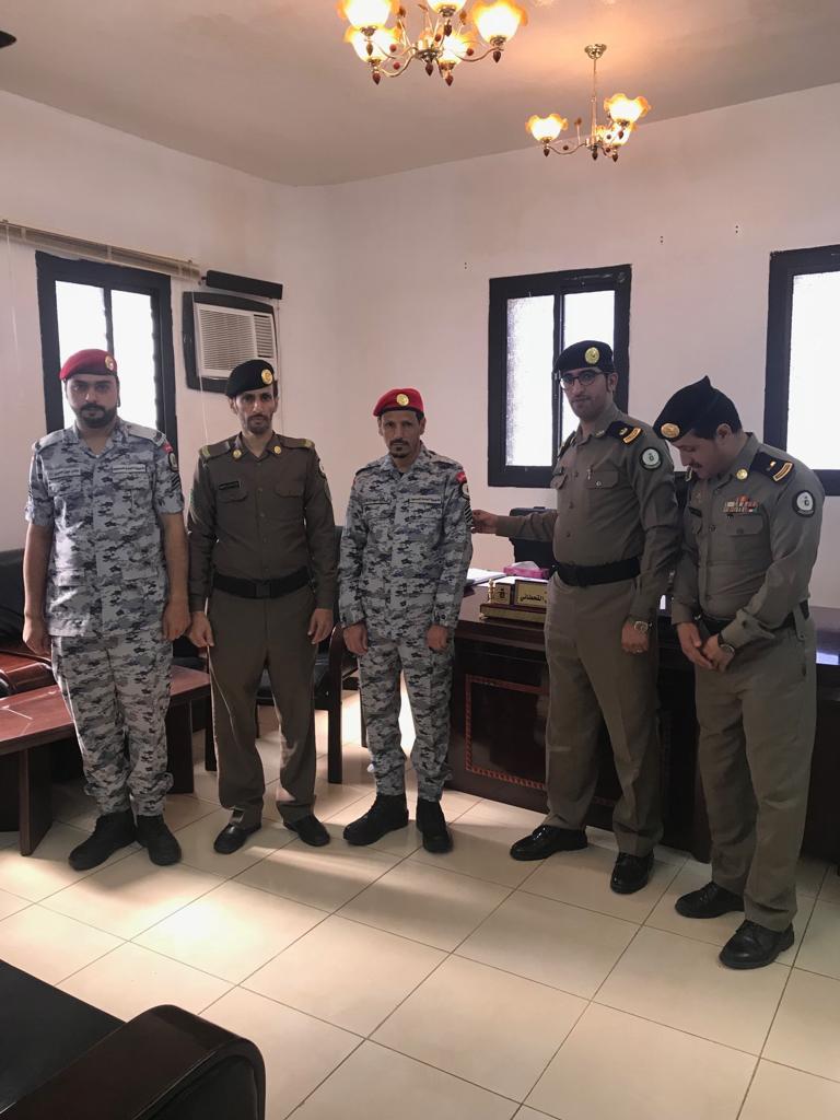 مدير شعبة سجن #تنومة يقلد عدد من الأفراد رتبهم الجديدة