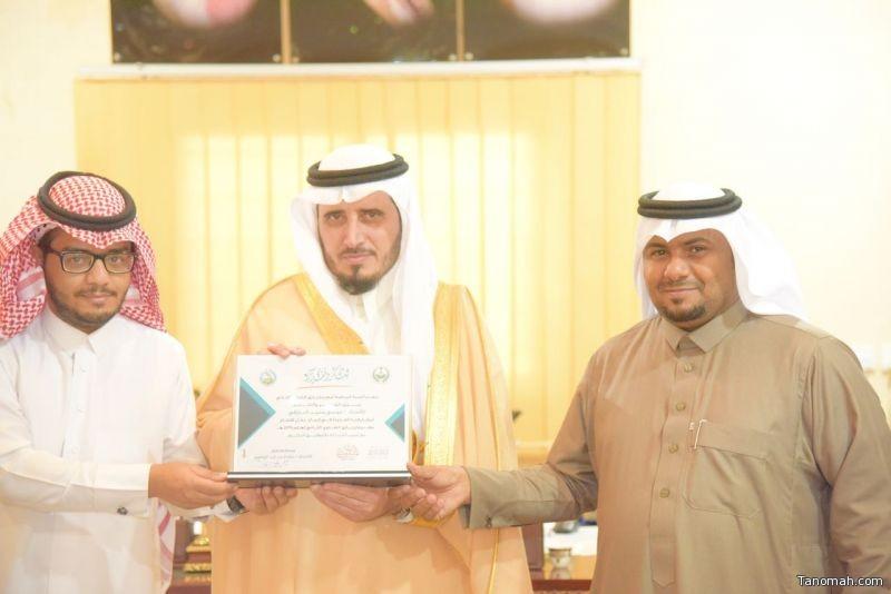 محافظ بارق يكرم مدير كهرباء المجاردة واللجنتين المنظمة والإعلامية للمهرجان الشتوي