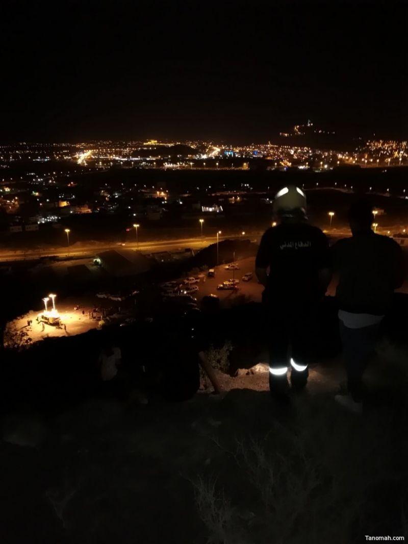 مدني محايل ينقذ متسلقي جبل