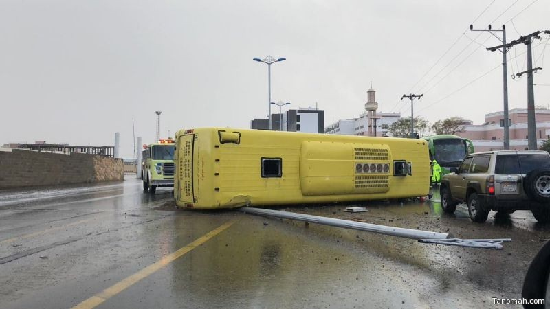 اصابات في انقلاب حافلة طالبات في #خميس_مشيط