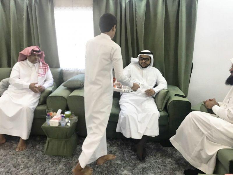 مبادرة تعد الأولى في رجال ألمع قائد مدرسة متوسطة طارق بن زياد برجال ألمع يزور الطلاب في منازلهم