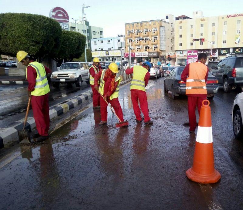 بالصور .. إدارة طرق عسير تواصل أعمال الصيانة وإزالة الآثار بعد هطول الأمطار