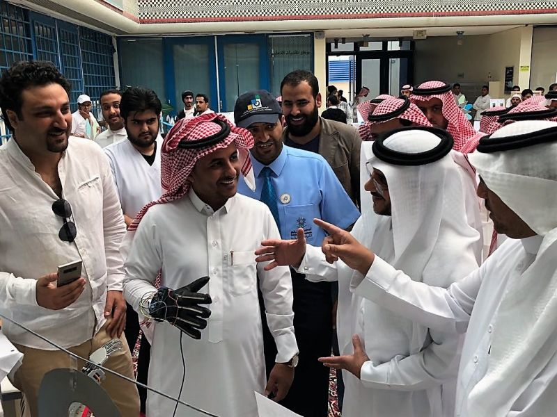 الدكتور الحفظي يفتتح مشاريع وابتكارات التخرج بتقنية ابها