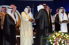 الأمير نايف يسلم الدكتور علي بن فايز آل جحني جائزة أفضل بحث علمي