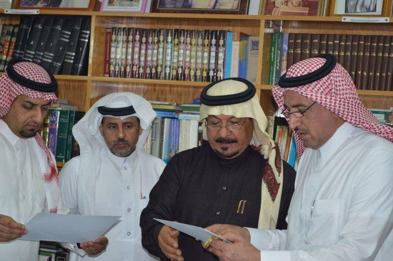 محافظ تنومه الوادعي في زيارة لمكتبة بن سامره