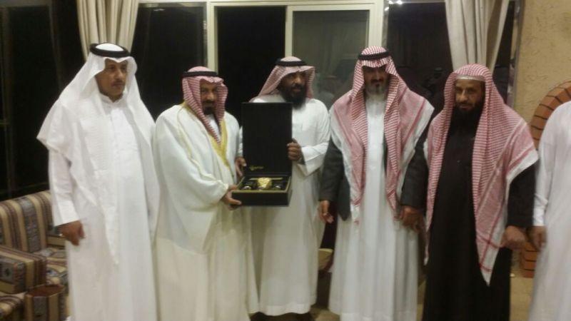 مدرسة طلحة بتنومة تحتفي بالمعلم آل عبدالله