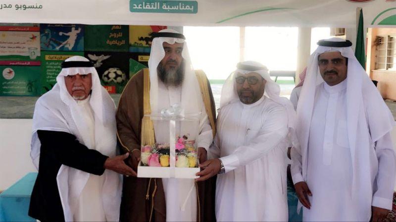 مدرسة الإمام البخاري تكرم المعلم عبدالعزيز الشهري