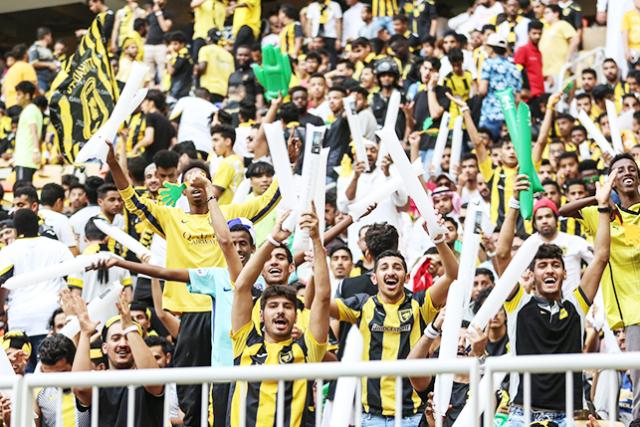 """الجماهير تُشعل ملعب """"الجوهرة"""" قبل نهائي كأس خادم الحرمين"""