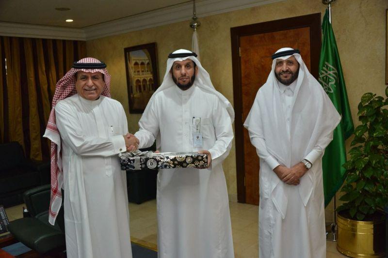 وزير الخدمة المدنية يكرم عبدالله الشهري