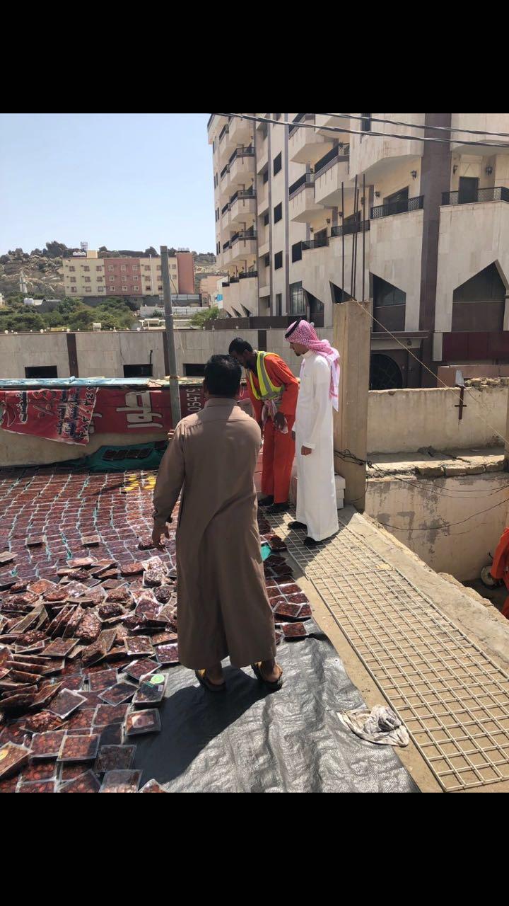 بالصور: بلدية #النماص تضبط عمالة تقوم بتعبئة تمور منتهية الصلاحية