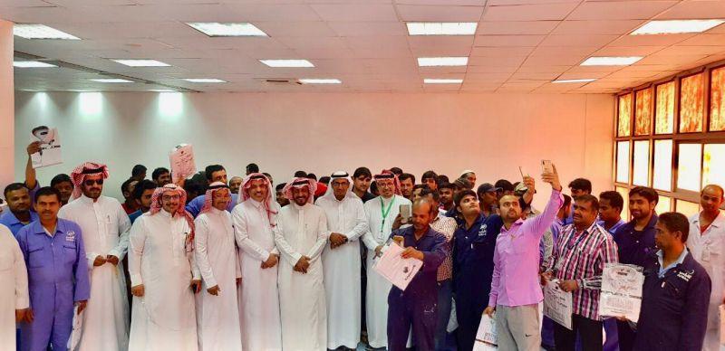 قطاع الصحة بالنماص يقدم كسوة العيد لعمال النظافة بالمستشفى