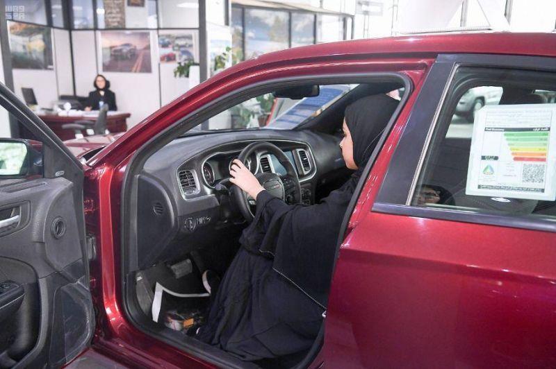إقبال ملحوظ من النساء على معارض السيارات.. وهذه المواصفات التي يفضلنها