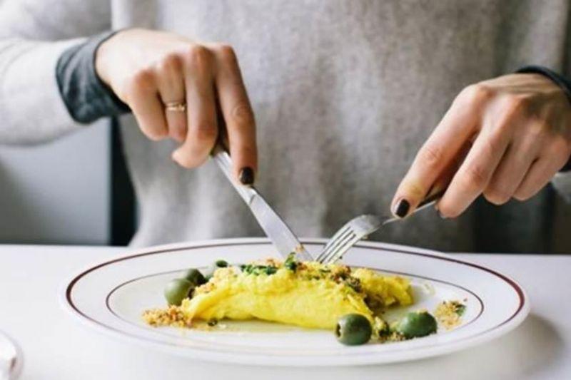 خبراء يحذرون من مخاطر تناول وجبة العشاء قبل النوم