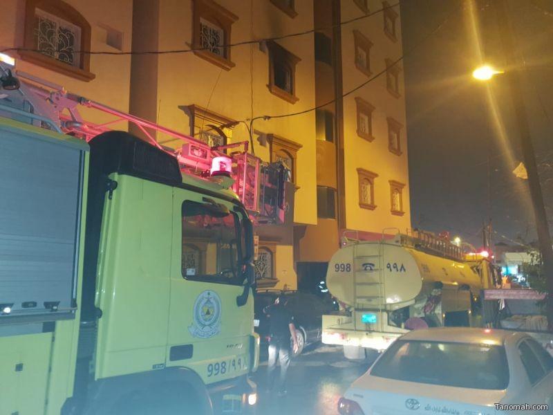 الدفاع المدني يخلي عمارة سكنية في خميس مشيط