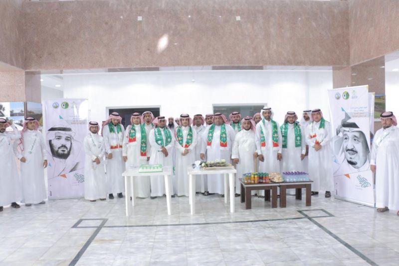 بلدية بارق تستقبل المراجعين بالورود و الهدايا الوطنية أحتفالاً باليوم الوطني 88