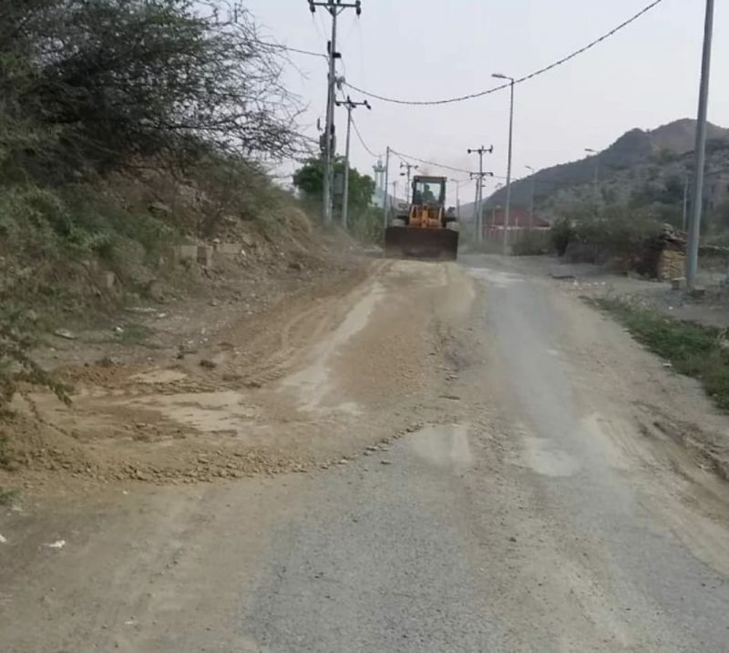 (رجال ألمع) مكتب الخدمات البلدية بمركز الحبيل يواصل جهوده في صيانة الطرق المؤدية للمدارس والقرى <صور>