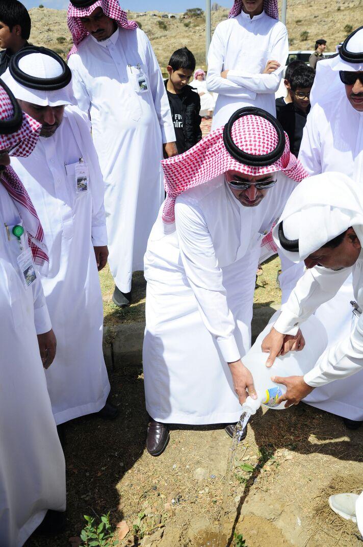 بالصور:محافظ #تنومة يدشن فرع #رابطة_عسير_الخضراء التطوعية