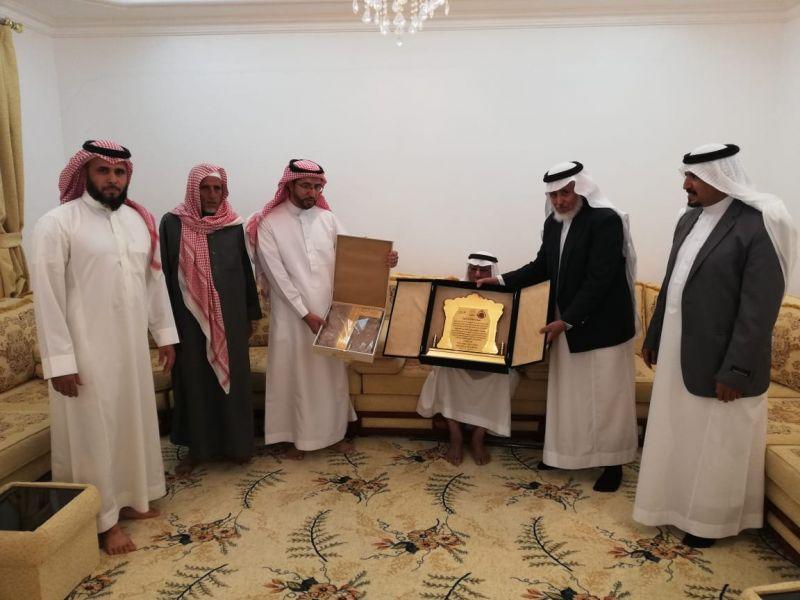 تكريم محمد بن ناصر لتقاعده من الاتصالات بعد مشوار في خدمة المحافظة