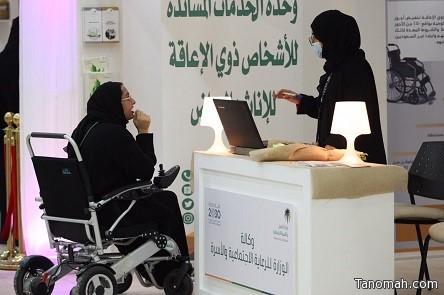 وحدة الخدمات المُساندة للأشخاص ذوي الإعاقة تواصل التعريف بخدماتها لزوار جناح وزارة العمل والتنمية الاجتماعية في الجنادرية 33
