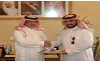 ابراهيم مطاعن يسلم المهندس ماجد اول رخصة مرشد سياحي في المنطقة