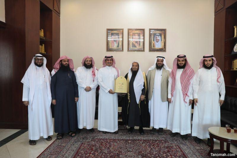رئيس وأعضاء مجلس إدارة الجمعية الخيرية بخميس مشيط في زيارة لمحافظ خميس مشيط