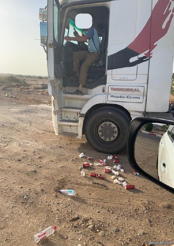 رئيس بلدية الساحل يضبط وافداً يلقي بالقمامة في الطريق ويطبق عليه الغرامة