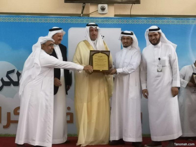 محافظ #تنومة يكرم المعلم عبدالرحمن آل حيي