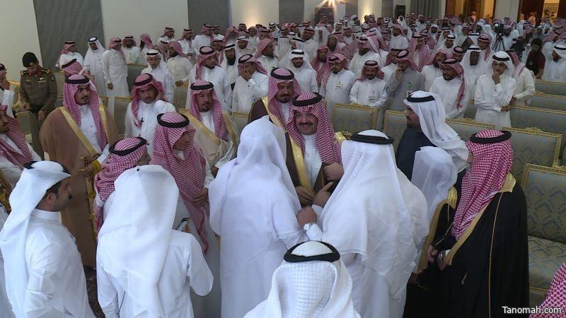 أمير عسير يرعى ملتقى (وتعاونوا) ويشاهد عرضاً لتجارب الجمعيات الخيرية الناجحة بالمنطقة