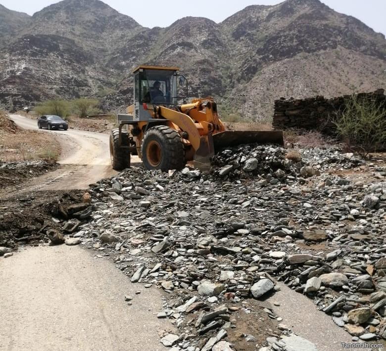 بلدية رجال ألمع تباشر صيانة الطرق المتضرره بعد الأمطار